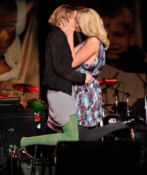 charlize-theron-auction-kiss_500